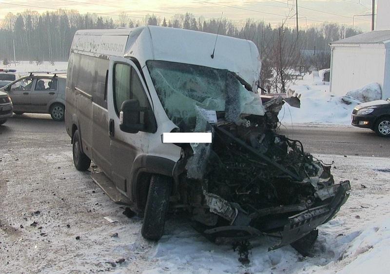Шофёр микроавтобуса госпитализирован в итоге столкновения с фургоном вУдмуртии