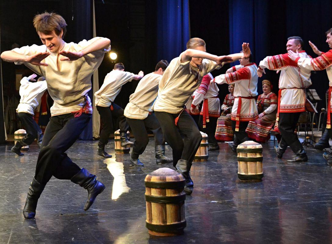 Танец с теми самыми боченькЯми. Фото: Александр Поскребышев