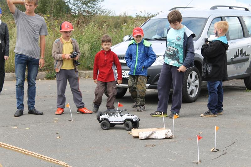 Юные автолюбители тестируют машинки. Фото ©День.org