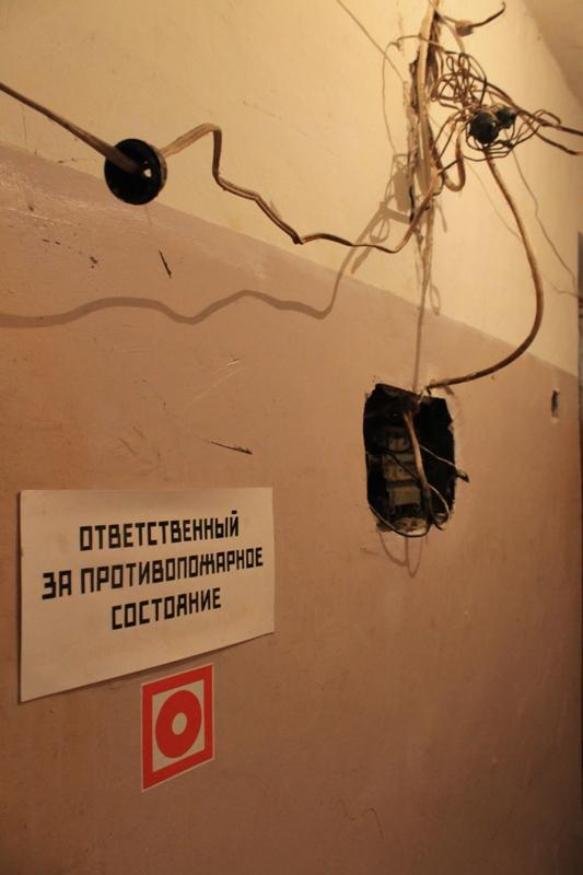 Провода, как паутина, висят практически по всему дому, часто по ним стекает вода. Фото: © «ДЕНЬ.org»