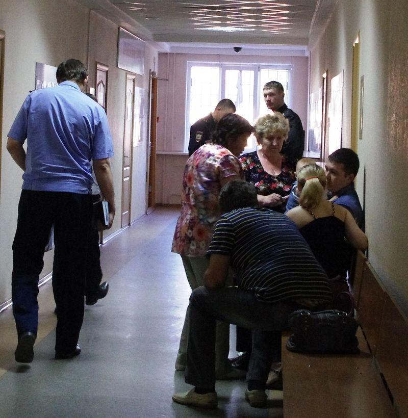 Второй обвиняемый по «делу Кутдузова» — чиновник районной администрации Дмитрий Рябов в окружении родственников. Фото: ©«ДЕНЬ.org»