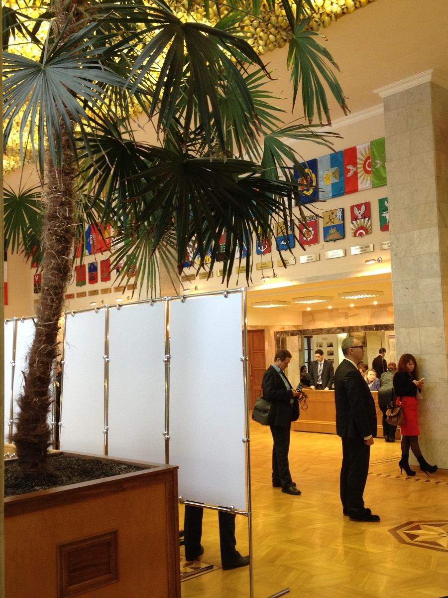 В холле зала заседаний Госсовета Удмуртии вывешены гербы муниципалитетов — все они красивые, но вот по средней зарплате некоторые муниципалитеты отличаются друг от друга почти в два раза. Фото: © «ДЕНЬ.org»