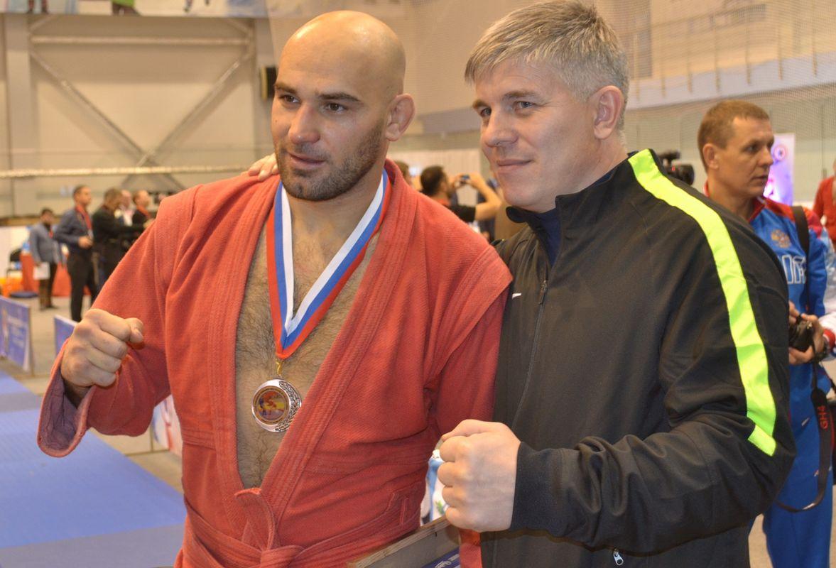 Гасан Умалатов (слева) позирует для дружеского фото на память. Фото: Александр Поскребышев