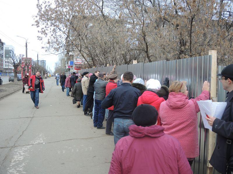 Профсоюзный активист Андрей Коновал подсказал жителям технологию уже испытанную на конфликтах с застройщиками. Фото Юлии Сунцовой.