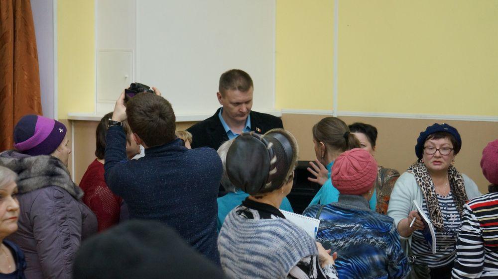 Руководитель СпДУ Дмитрий Гущин на встрече со старшими по домам. Фото: © «ДЕНЬ.org»