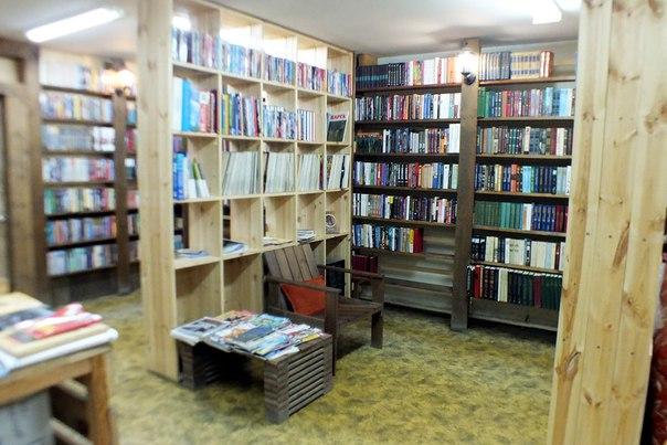 Еще совсем недавно полки ломились от обилия книг. Фото: vk.com/izhicaru