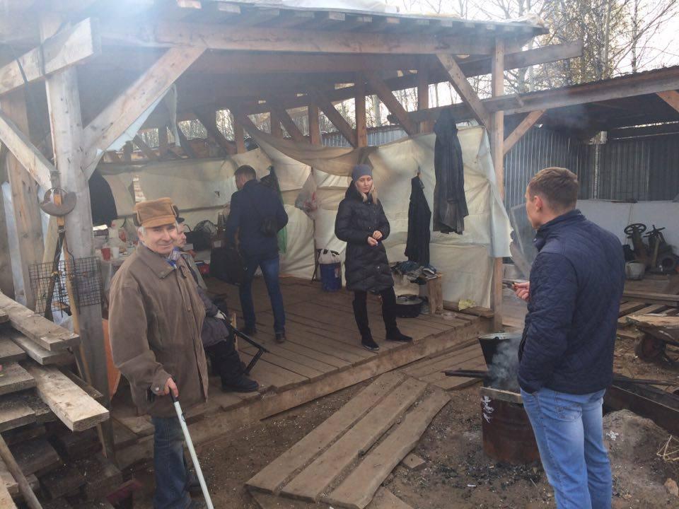 Владислав Николаевич (на фото слева) стал душой лагеря и жил надеждой на сдачу дома. Фото: ©«ДЕНЬ.org»