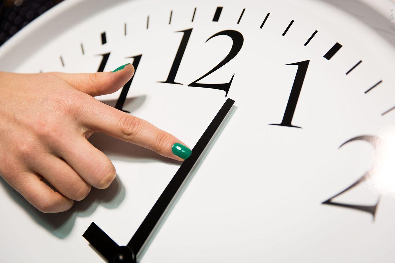 «сегодня депутаты госдумы согласились с поправками, которые были внесены в закон «об исчислении времени» после рассмотрения проекта в первом чтении.если кого-то будят птички в 4 утра, вам не перевод часов нужен, а невролог с психиатром.
