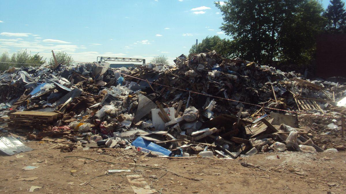 Над мусорной кучей нет никакого навеса. Фото: © «ДЕНЬ.org»
