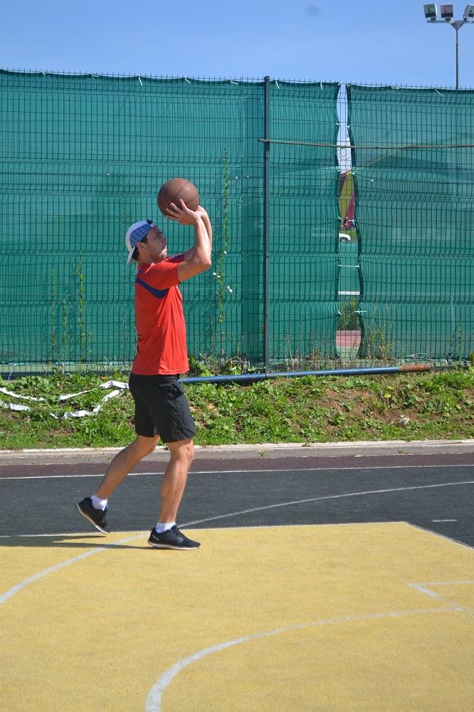 Евгений Вахрушев бросает мяч в баскетбольное кольцо. Фото: Александр Поскребышев
