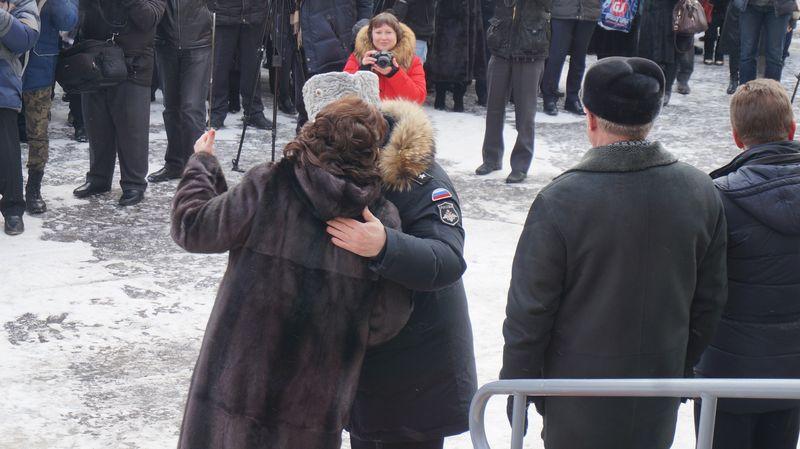 Во время троекратного целования в щеки после торжественной передачи ключа директор школы и Алексей Прасолов попали в кадр фотокамер в неоднозначной позе. Фото: © «ДЕНЬ.org»