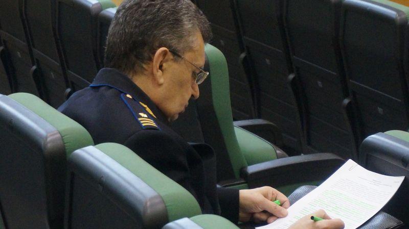 Представитель правоохранительных органов делал пометки в документах, после чего дал понять Балобанову, что к нему тоже есть вопросы. Фото: ©«ДЕНЬ.org»