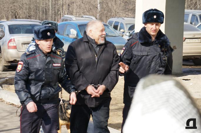 Во время следственных действий. Обвиняемого Николая Генералова ведут в автозак. 2 апреля 2015 года.