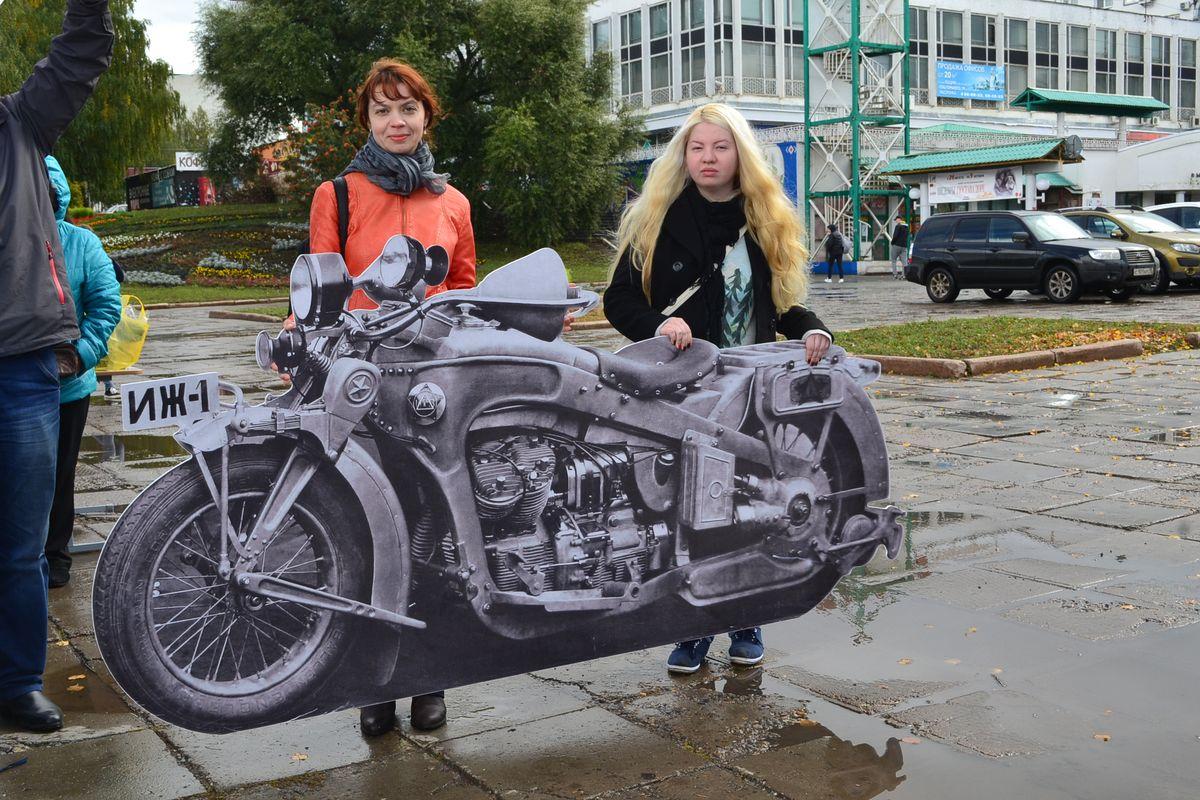 Макет тяжелейшего «Иж-1» с легкостью могут поднять всего две женщины из музея — Анастасия Данилова (слева) и ее напарница. Фото: Александр Поскребышев