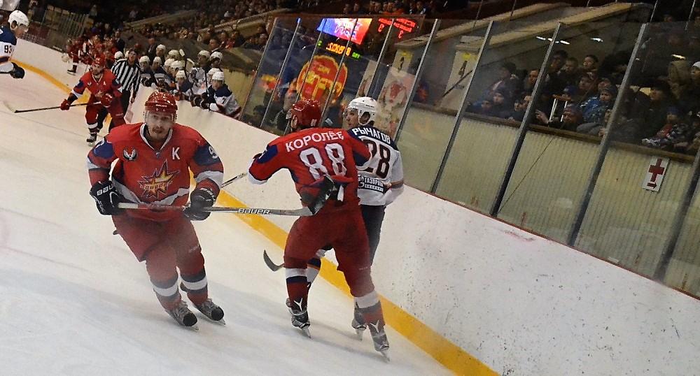 Капитан «Ижстали» Антон Кочуров поднимает партнеров из «окопов», но поднимаются не все. Фото: Александр Поскребышев