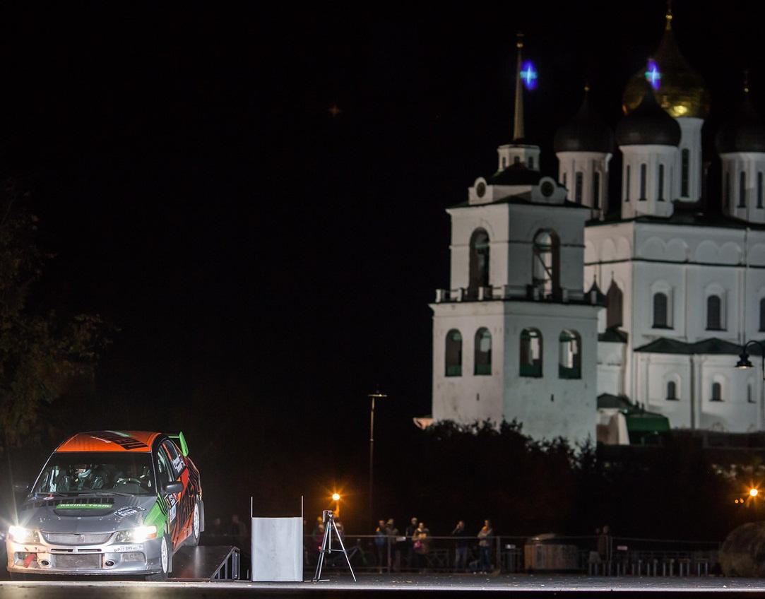 На ночном старте ралли «Cooper Псков-2016» на центральной площади древнерусского города. Фото из архива Александра Рогозина