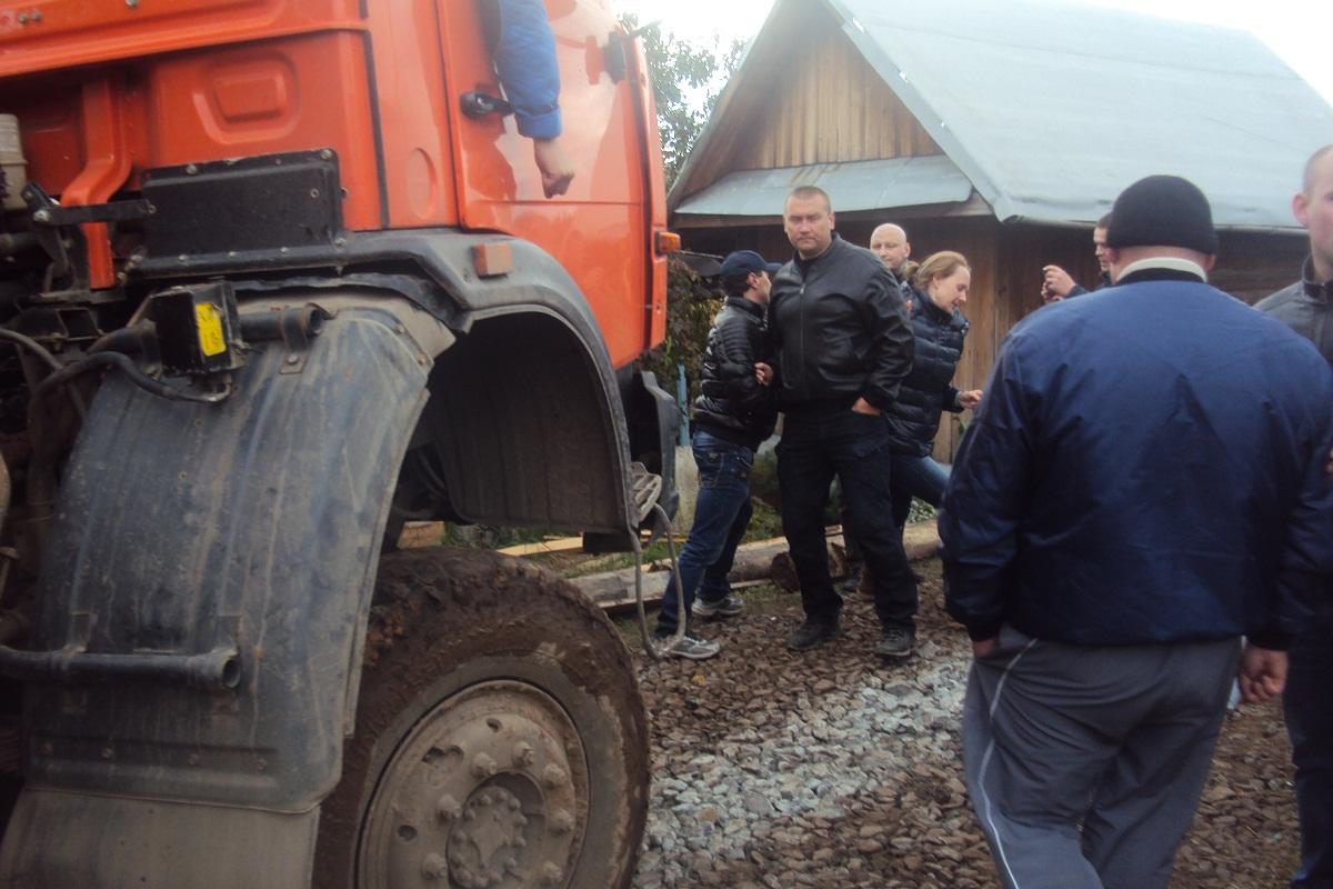 Несколько мужчин отшвырнули женщину в сторону. Фото: © «ДЕНЬ.org»