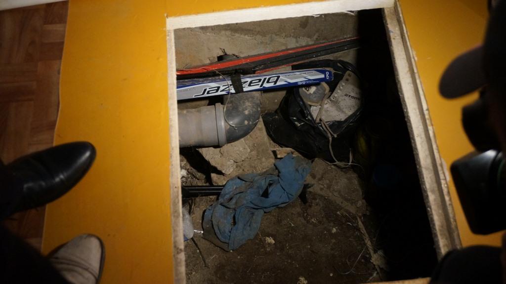 Канализационные трубы на кирпичах. Фото: © «ДЕНЬ.org»