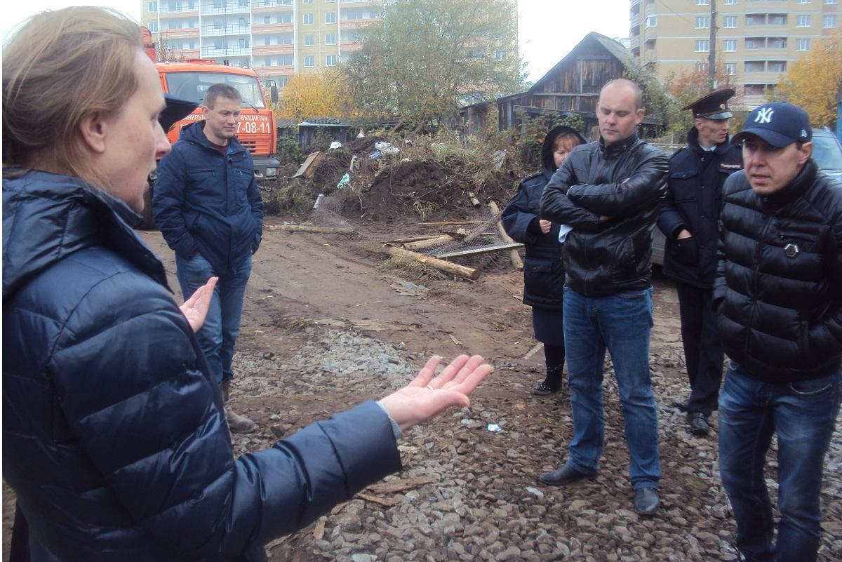 Екатерина Рейхнер и группа мужчин, представлявших интересы застройщика. Фото: © «ДЕНЬ.org»