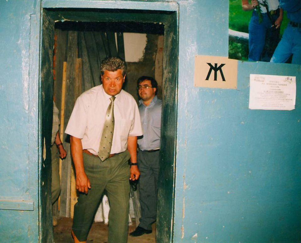 """Занимаясь """"внутренней политикой"""" при мэре Викторе Балакине Сергей Сабуров тоже порой ставил своего шефа в неловкое положение. Посещение женского туалета на Центральном рынке. Фото из архива ©газета """"День"""""""