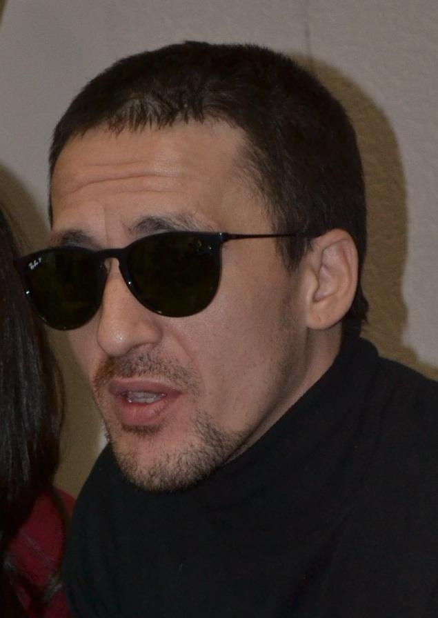 После выступления на сцене специально для автограф-сессии и брифинга для прессы Артур Смольянинов надел темные очки. Фото: Александр Поскребышев