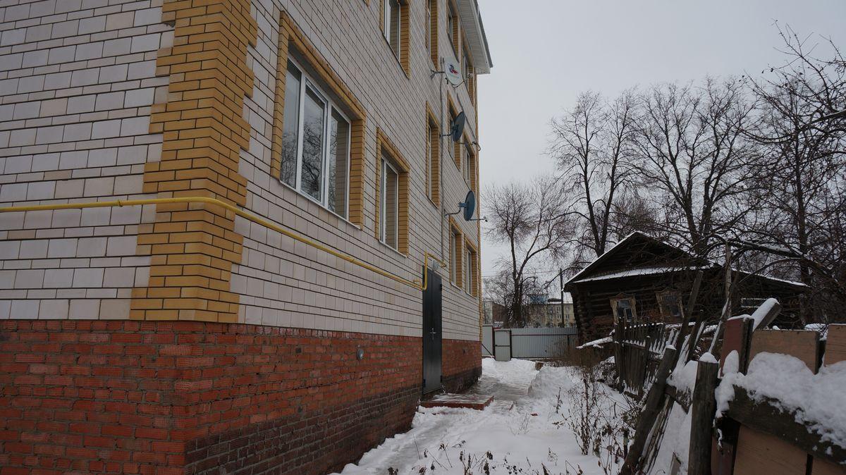 За бесценок застройщик приобрел разваливающуюся «деревяшку» с участком и построил на этой земле незаконную малоэтажку. Фото ©День.org