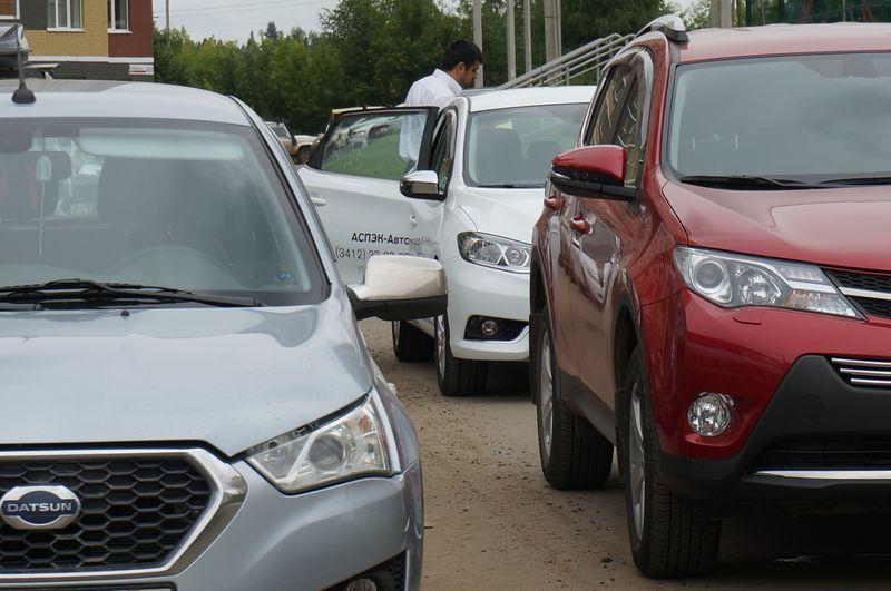 Вот такие аспэковские машины перегородили въезд на парковку 15 июля. Фото ©День.org