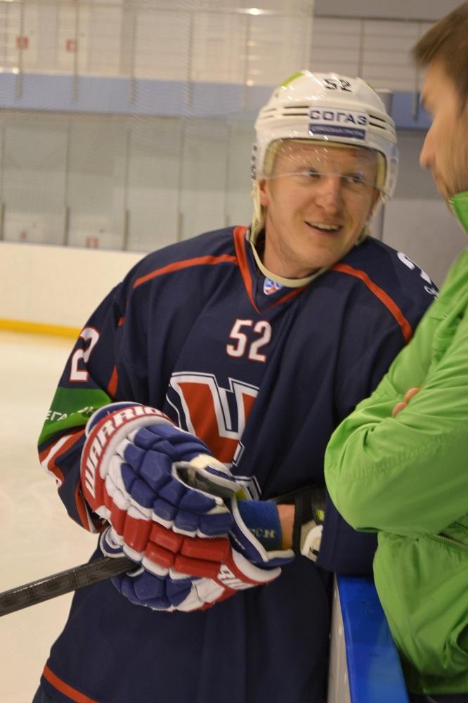 Иван Лекомцев давно не играет в «Сибири», но тренируется в свитерах новосибирского клуба. Фото: Александр Поскребышев
