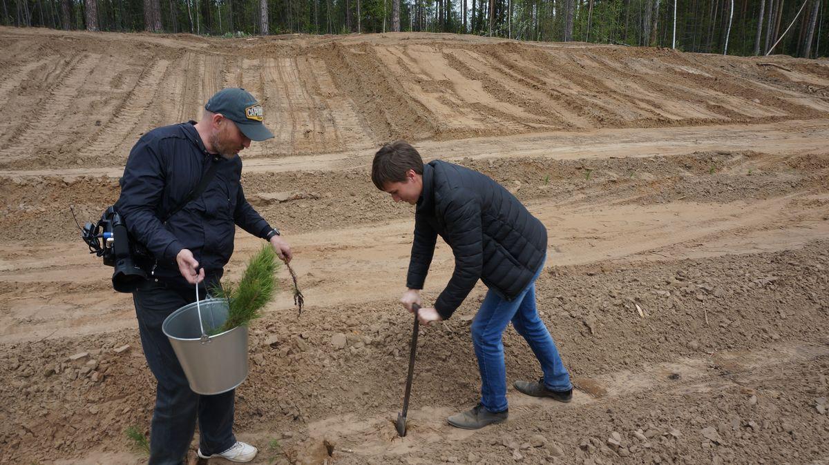 """Корреспондент """"ДЕНЬ.org"""" тоже принял участие в посадке деревьев. Фото: © «ДЕНЬ.org»"""