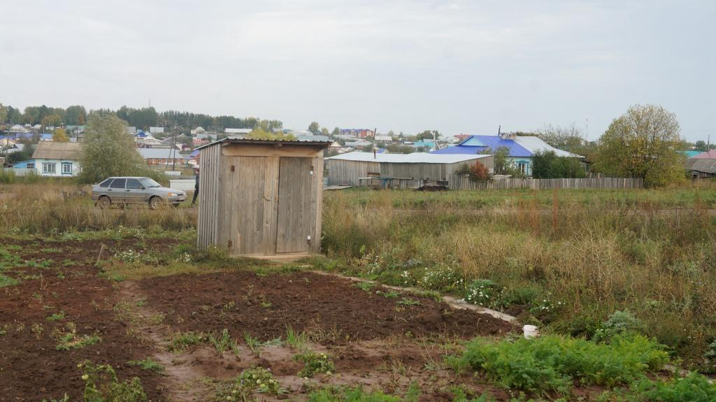 Туалет на улице для двух квартир. Фото: © «ДЕНЬ.org»