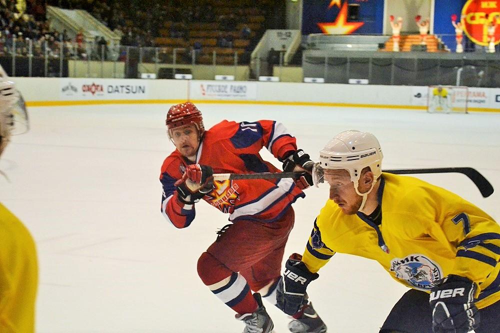 Антон Сизов (в темной форме) очень вовремя «прибежал» из Череповца в Ижевск на подмогу «сталеварам». Фото: Николай Польчёнок