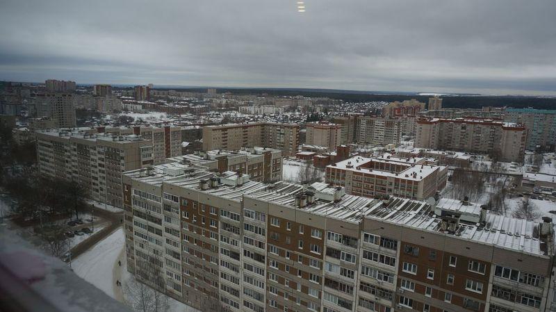 За девятиэтажками виднеется полоса частного сектора, который будет застраиваться высотками. Фото ©День.org