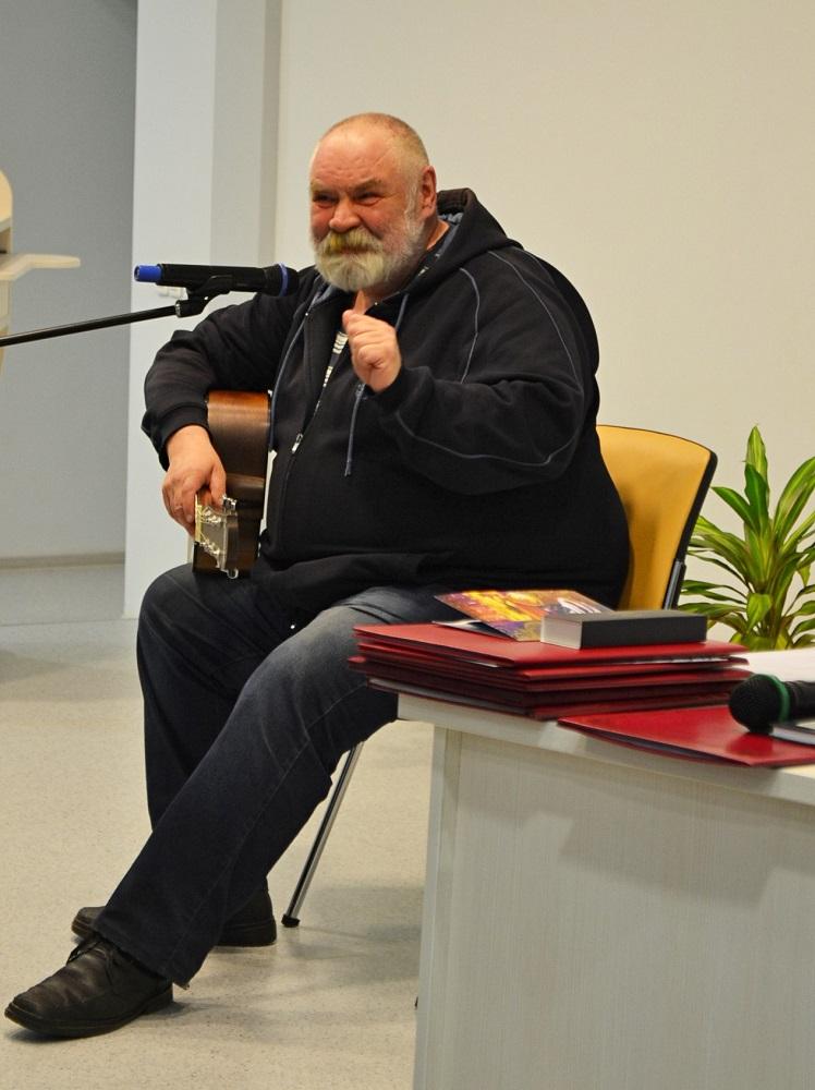 Поэт, бард и краевед Сергей Жилин сделал для друга теплое музыкальное приношение. Фото: Александр Поскребышев
