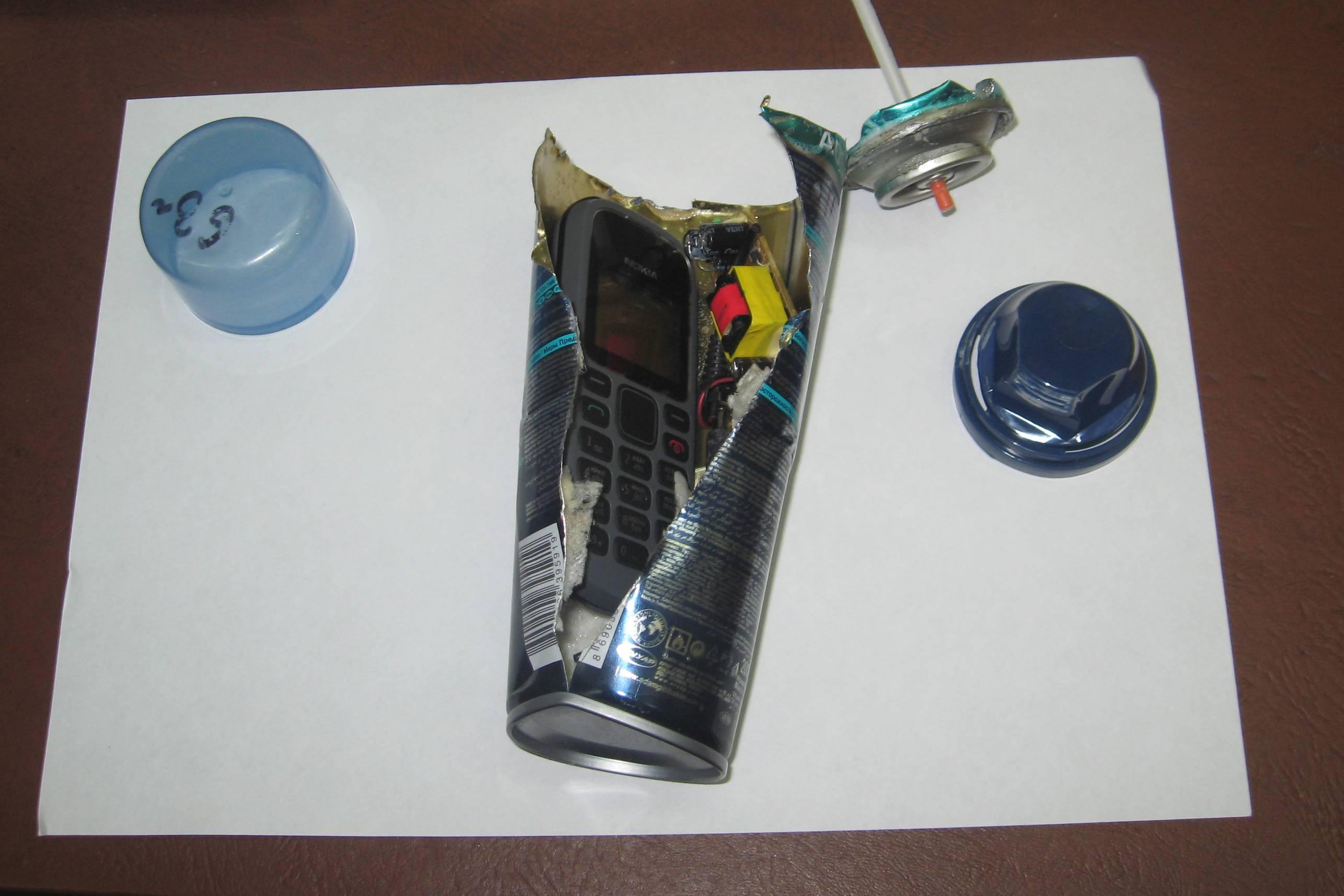 В банке с пенкой для бритья обнаружили телефон. Удивительно, что при нажатии пена шла.  Фото: пресс-служба УФСИН по Удмуртии