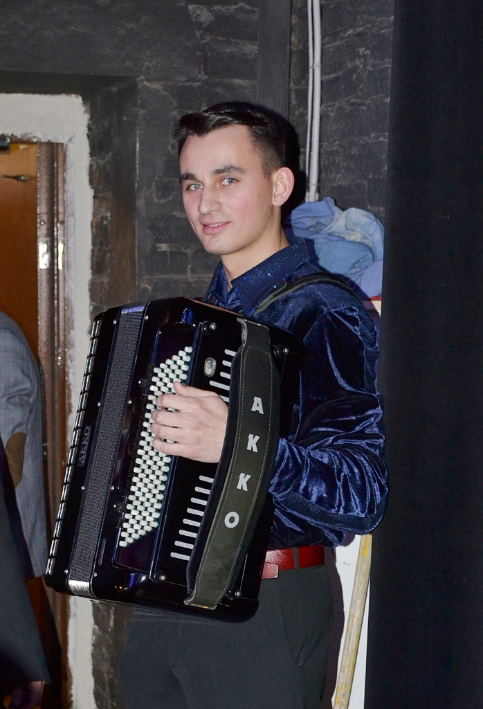 Александр Лукашевич перед выходом на сцену. Фото: Александр Поскребышев