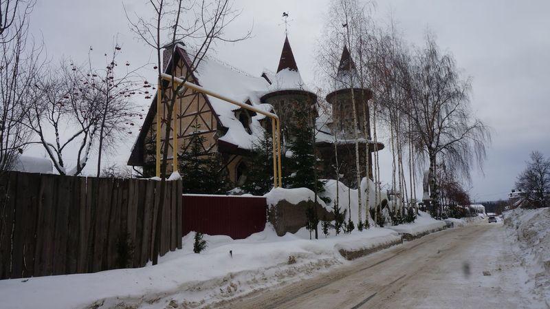 Этот замок гарантирует прекрасный вид из окна расположенной рядом 10-этажки. Фото: © «ДЕНЬ.org»