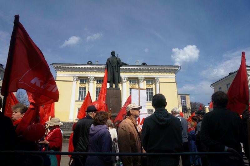Коммунисты собирались у памятника Ленину