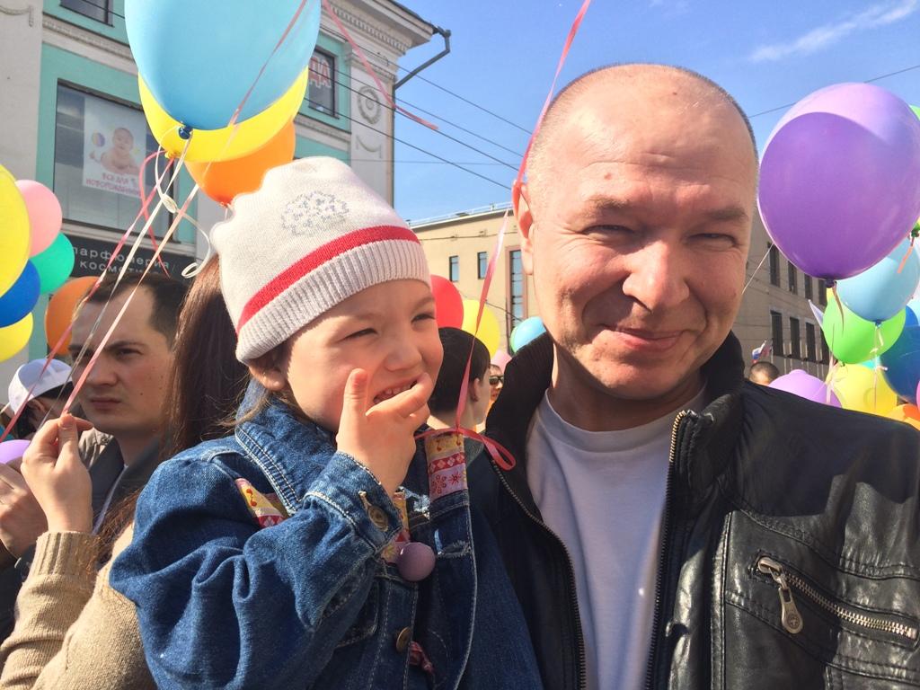 Сергей Золотарев с внучкой. Фото ©День.org