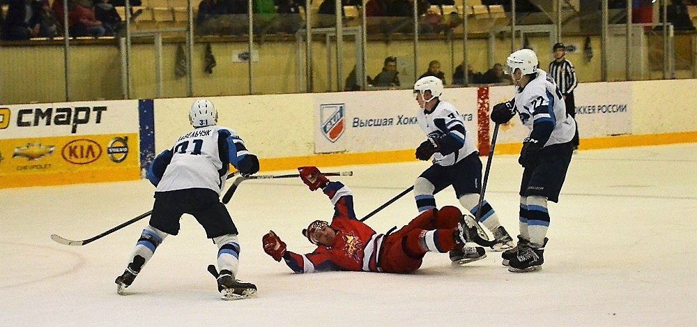 Даже «Буран» сумел уронить «Ижсталь» на ижевском льду. Фото: Александр Поскребышев