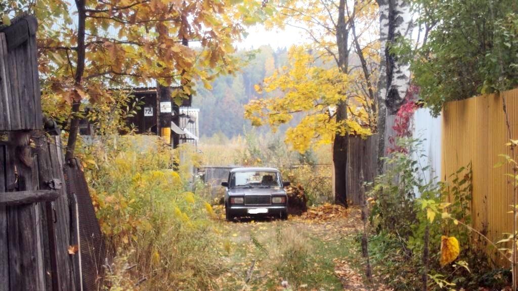 Проход, за машиной забор. Фото: © «ДЕНЬ.org»