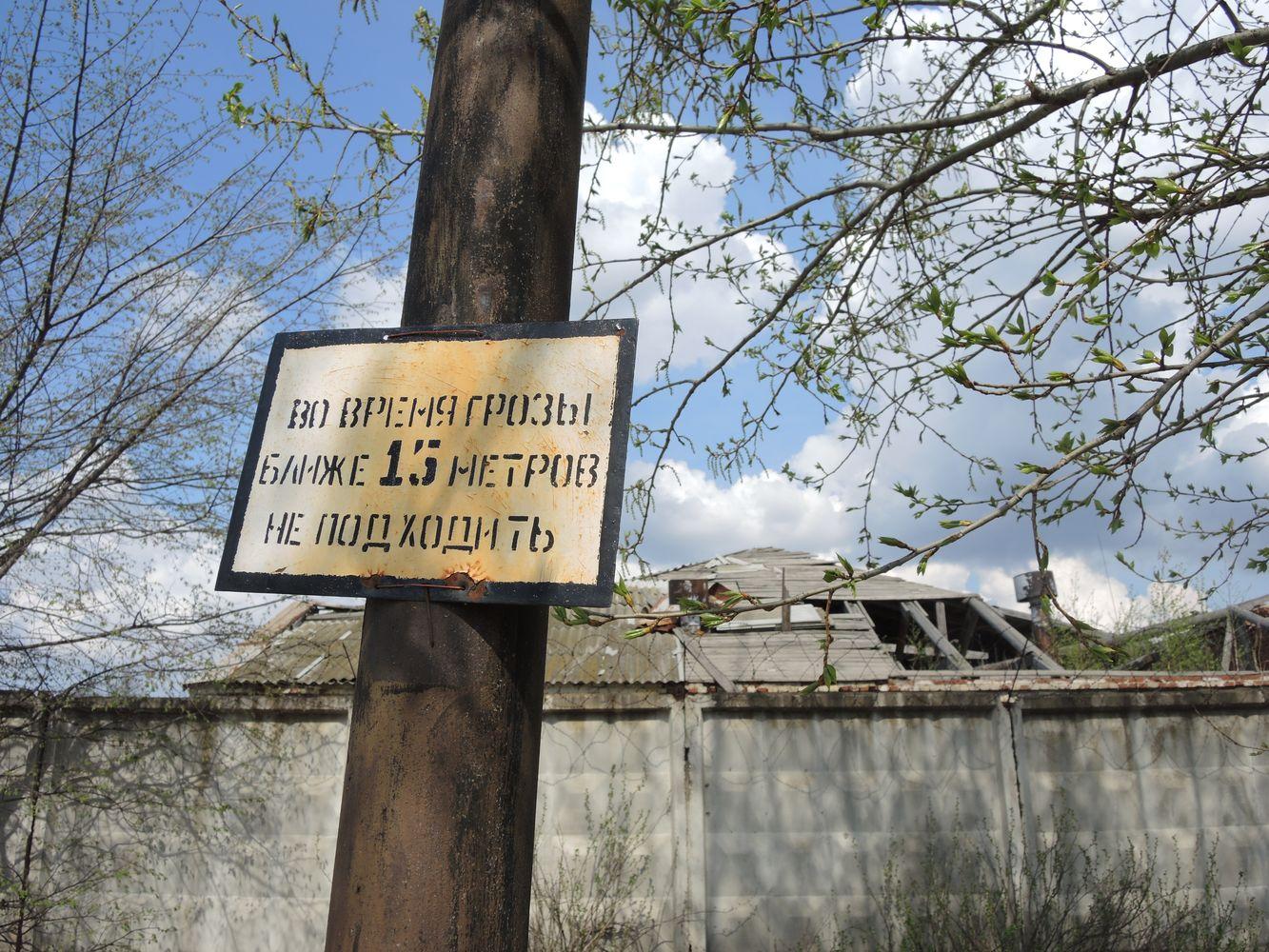 На территорию бывшего склада теперь наведываются БОМЖи за металлоломом. Фото ©День.org