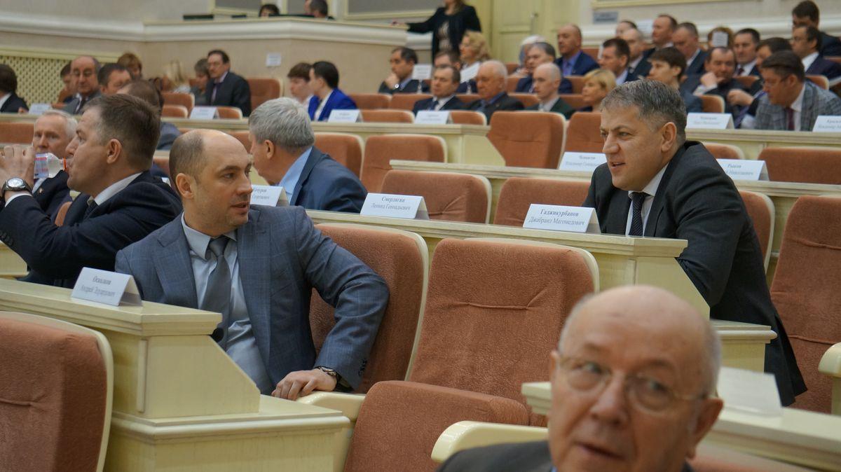 Места депутатов от КПРФ и ЛДПР в начале сессии пустовали. Присутствовал только коммунист Гаджикурбанов. Фото: © «ДЕНЬ.org»