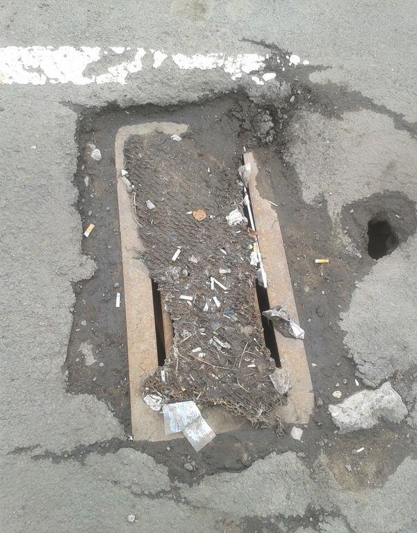 """Засоренная ливневка на парковке у """"Радиотехники"""". Фото ©День.org"""