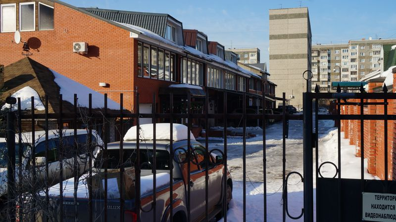 Дворики у таунхаусов небольшие, но для парковки и барбекю места хватает. Фото: © «ДЕНЬ.org»