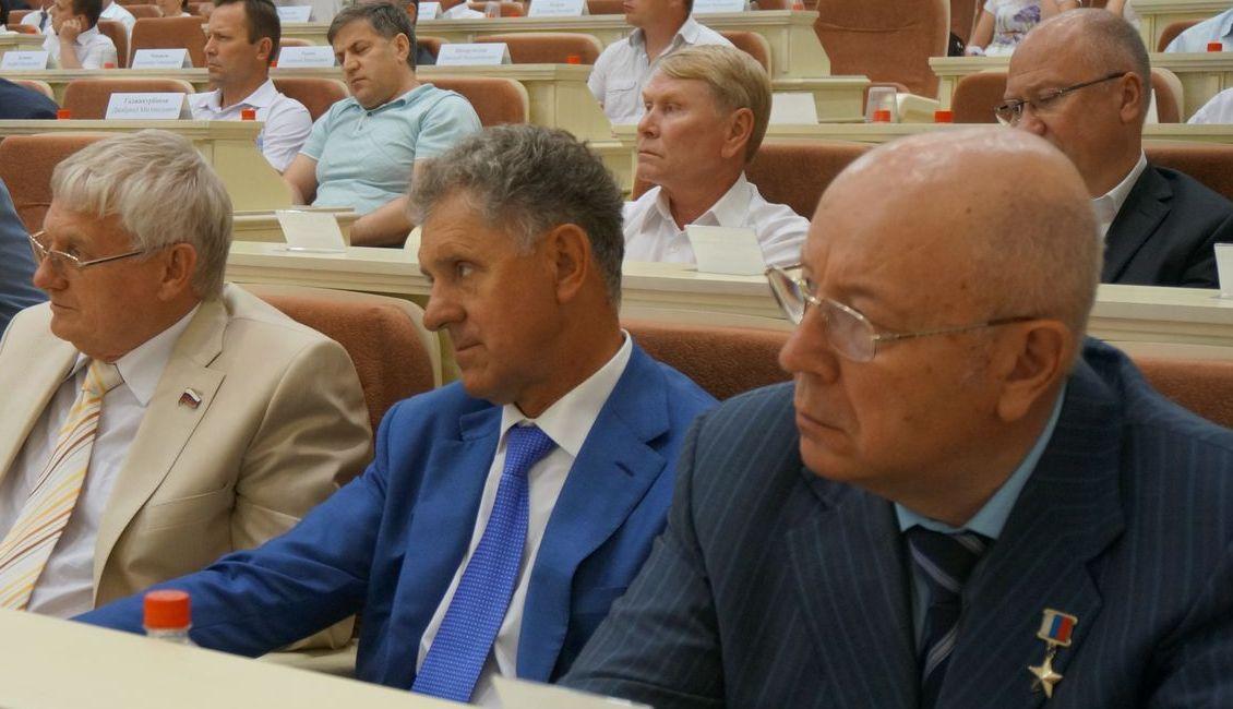Экс-президент Удмуртии Александр Волков (на фото в центре) долго копил претензии, но всё же не выдержал. Фото ©День.org