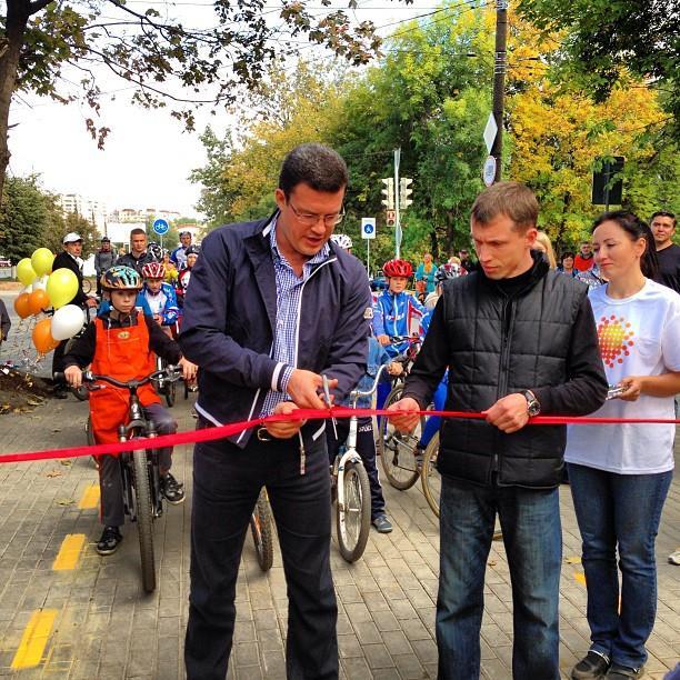 Сити-менеджер Ижевска Денис Агашин и его советник Артём Богданов заняты любимым делом — открывают новую велодорожку. Фото: facebook