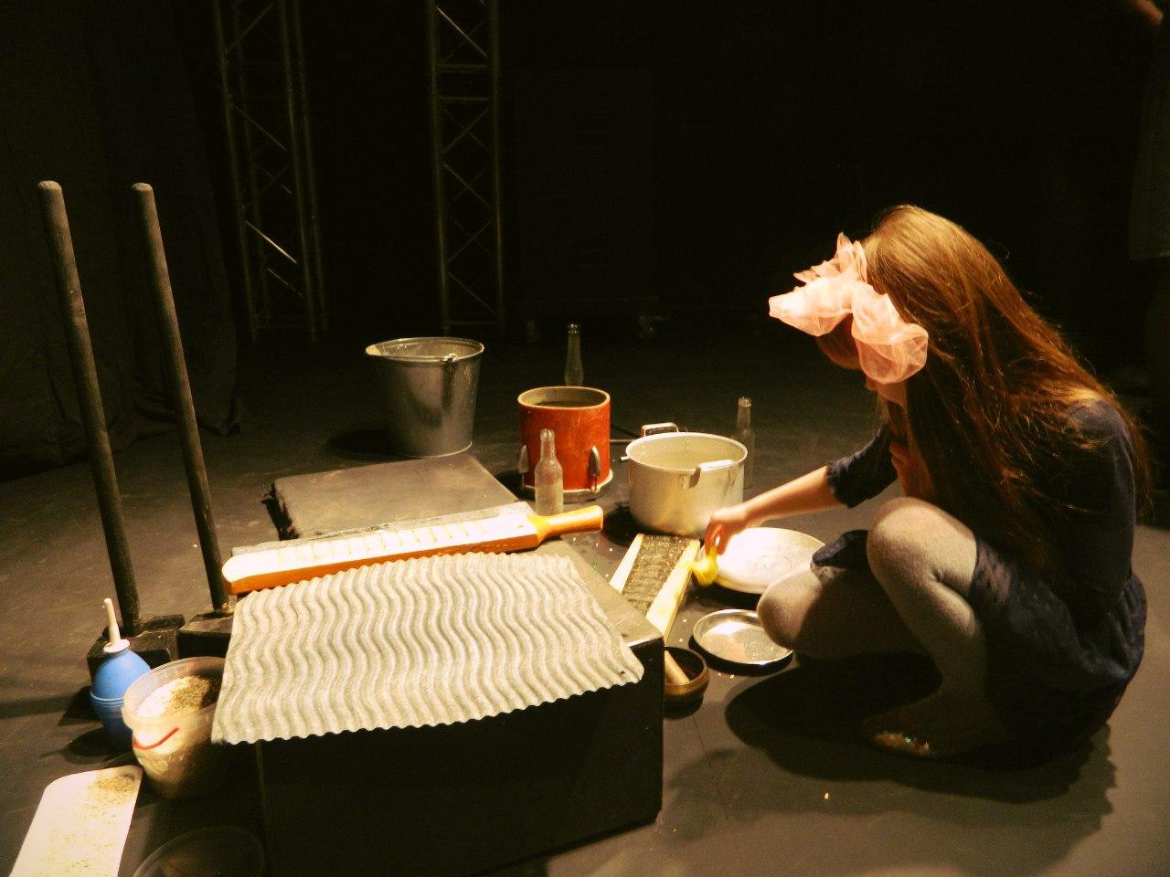 Инструменты спектакля «ПроЖить». Фото: vk.com/teatrkukoludm)