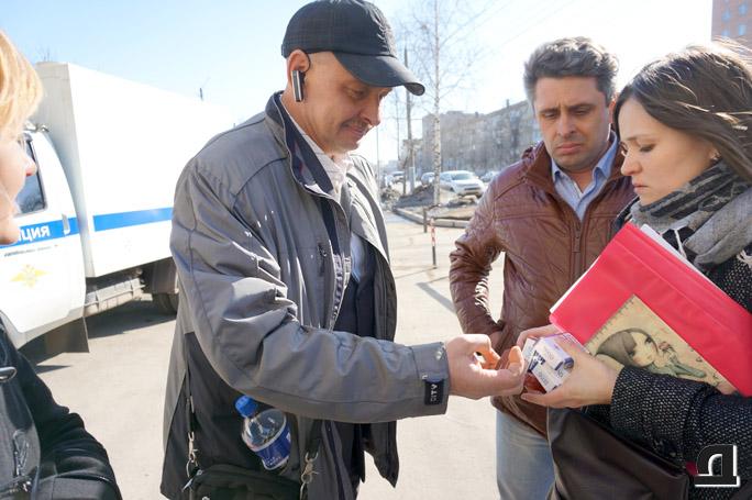 Адвокат Николая Генералова Сергей Бажин (на фото слева) не дожидаясь вердикта суда рассказывает родственникам о правилах жизни в СИЗО. 2 апреля 2015 года.