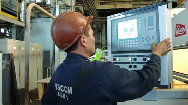 Новейшее немецкое оборудование в пять раз производительнее старых прессов. Кадр из видеоролика о заводе в социальных сетях