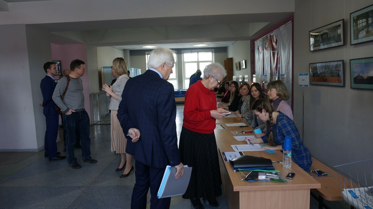 Семен Бунтов уточняет информацию по кворуму. Фото: © «ДЕНЬ.org»